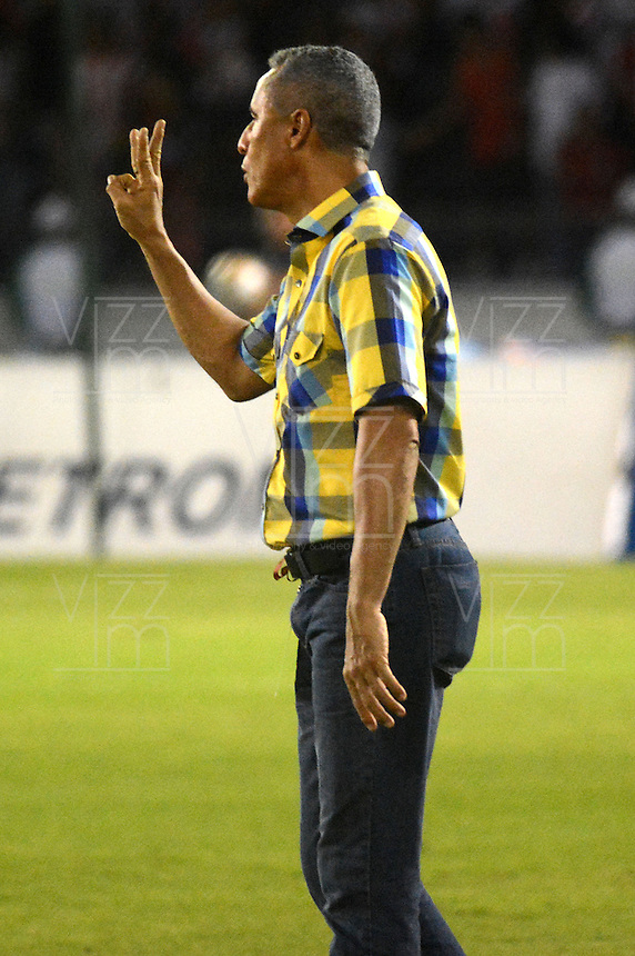 BARRANQUIILLA -COLOMBIA-05-09-2015: Alexis Mendoza técnico del Atlético Junior gesticula durante partido contra Uniautónoma por la fecha 10 de la Liga Águila II 2015 jugado en el estadio Metropolitano Roberto Meléndez de la ciudad de Barranquilla./ Alexis Mendoza coach of Atletico Junior gestures during match against  Uniautonoma for the 10th date of the Aguila League II 2015 played at Metropolitano Roberto Melendez stadium in Barranquilla city.  Photo: VizzorImage/Alfonso Cervantes/