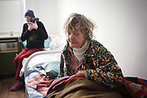 Yevgenia, abwesend, dement, durch die jahrelange<br />Erkrankung, bei ihr brach die Krankheit mehrere Male aus,<br />genauso wie bei ihrer Zimmergenossin Irina, die sich den ganzen<br />Tag an ihr kleines Radio klammert, und versucht, den Text der<br />Lieder mitzusingen. // Moldova is still the poorest country of Europe. Hopes to join the European Union are high. After progress in the past years tuberculosis is on the rise again. The number of new patients raise since 2010 and is on a level that has not been reached since the late 90s.