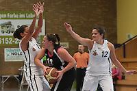 Margharita Allievi und Patricia Mendez-Modesto (TVGG) verteidigen gegen Lisa Steiner (Hanau)