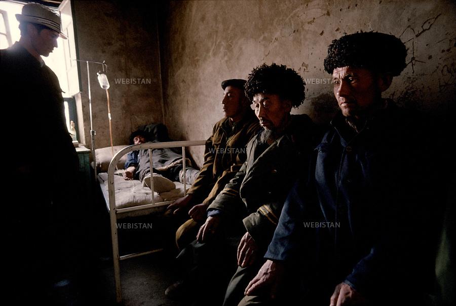 1995. Des patients attendent d'&ecirc;tre soign&eacute;s au dispensaire de Gourtouchlough. / Patients wait to be healed in the dispensary of Gurtuchlugh.<br /> HEMIS diffusion