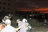 GUARULHOS, SP, 02.12.2013 - DESABAMENTO PREDIO - Vitima é retirada de prédio que que desabou na noite desta segunda-feira, 02 na cidade de Guarulhos em Sao Paulo ao menos 12 viaturas no local. (Foto: Geovani Velasquez/Brazil Photo Press)