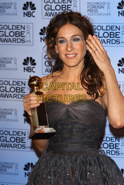SARAH JESSICA PARKER.61st Annual Golden Globe Awards.25 January 2004.half length, half-length, hand.www.capitalpictures.com.sales@capitalpictures.com.©Capital Pictures.