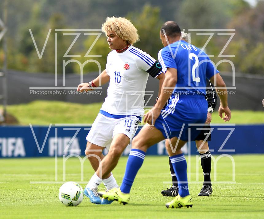 BOGOTA - COLOMBIA - 03-10-2016: Carlos Valderrama (Izq.), jugador del equipo de las leyendas de la Federacion Colombiana de Futbol (FCF), disputa el balón con Cafu (Der.) del equipo de las leyendas de la Federacion Intarnacional de Futbol Asociado (FIFA), durante partido jugado en las canchas de Sede Deportiva de las Selecciones Colombia, Colfútbol,  entre las leyendas de la Federacion Intarnacional de Futbol Asociado (FIFA) y la Federacion Colombiana de Futbol (FCF), en la nueva sede de la FCF, en Bogota. / Carlos Valderrama (L) player of the team of the legends of the Colombian Football Federation (FCF), vies for the ball with Cafu (R) player of the team of legends of the Intarnacional Federation of Football Association (FIFA), during the match playing in the fields of Headquarters of the Teams Colombia, Colfutbol, between the legends of the Federation Intarnacional de Football Association (FIFA) and the Colombian Football Federation (FCF) in the new headquarters of the FCF, in Bogota. / Photo: VizzorImage / Luis Ramirez / Staff.