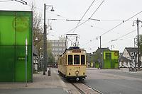 Historischer Triebwagen 57 der HEAG fährt an der modernen Haltestelle am Hauptbahnhof ein - 08.04.2017: Historische Straßenbahn der HEAG fährt durch Darmstadt