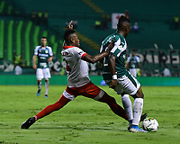 PALMIRA - COLOMBIA, 13-11-2019: Kevin Velasco del Cali disputa el balón con Carlos Arboleda de Santa Fe durante partido entre Deportivo Cali e Independiente Santa Fe por la fecha 2, cuadrangulares semifinales, de la Liga Águila II 2019 jugado en el estadio Deportivo Cali de la ciudad de Palmira. / Kevin Velasco of Cali vies for the ball with Carlos Arboleda of Santa Fe during match between Deportivo Cali and Independiente Santa Fe for the date 2, quadrangular semifinals, as part Aguila League II 2019 played at Deportivo Cali stadium in Palmira city. Photo: VizzorImage / Nelson Rios / Cont