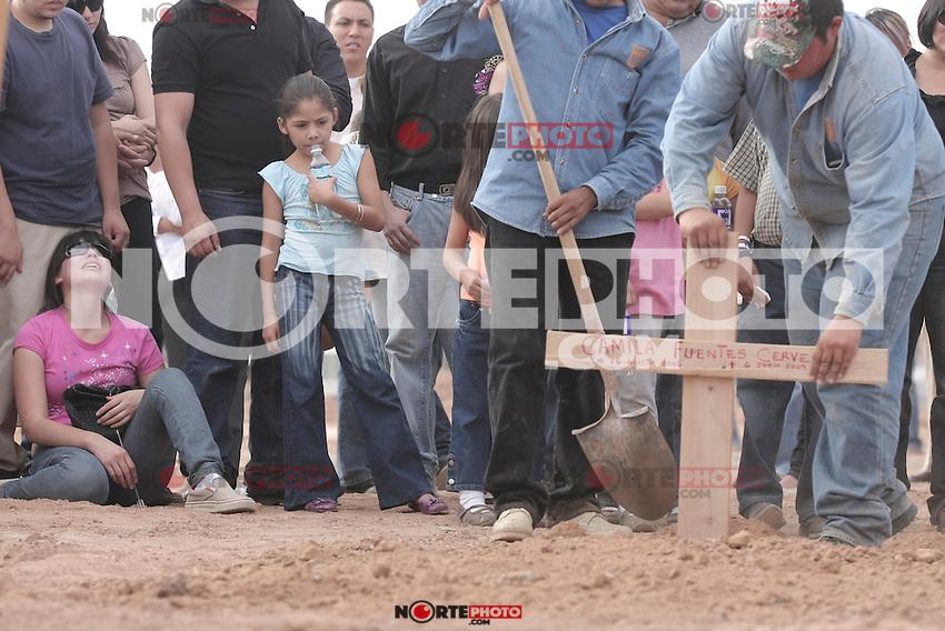 A mother cries in the soil, during the funeral of his daughter called Camila Fuentes Cervera..<br /> ****<br /> Una madre llora en el suelo, durante el funeral de su hija llamada Camila Fuentes Cervera