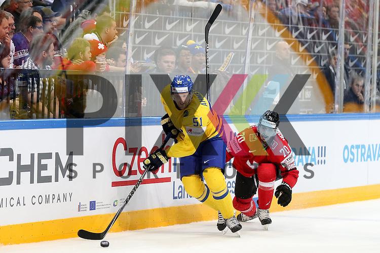 Schwedens Ahnelov, Jonas (Nr.51) im Zweikampf mit Schweizs Hollenstein, Denis (Nr.70) an der Bande im Spiel IIHF WC15 Schweiz vs. Schweden.<br /> <br /> Foto &copy; P-I-X.org *** Foto ist honorarpflichtig! *** Auf Anfrage in hoeherer Qualitaet/Aufloesung. Belegexemplar erbeten. Veroeffentlichung ausschliesslich fuer journalistisch-publizistische Zwecke. For editorial use only.