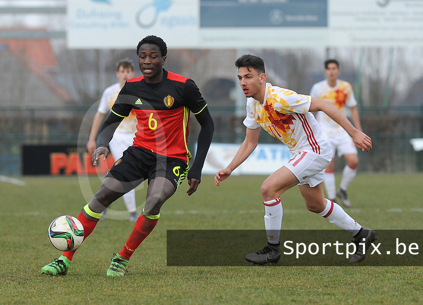 20160316 - Merchtem , BELGIUM : Belgian Daouda Peeters (L) and Spanish Ivan Martin (R) pictured during the soccer match between the under 17 teams of  Belgium and Spain , on the third and last matchday in group 8 of the UEFA Under17 Elite rounds at FC Merchtem 2000 stadion in Merchtem , Belgium. Wednesday 16 th March 2016 . PHOTO DAVID CATRY