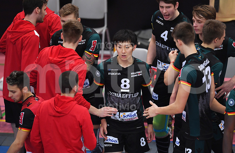 Volleyball 1. Bundesliga  Saison 2017/2018 TV Rottenburg - Volley Bisons Buehl       11.11.2017 Masahiro Yanagida (Mitte, Volley Bisons Buehl) beim Abklatschen mit seinem Team