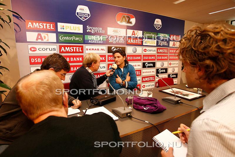 Nederland, Alkmaar, 4 december 2006. .Ronald Waterreus (2e van rechts), de nieuwe keeper van AZ staat de pers te woord na afloop van de persconferentie.