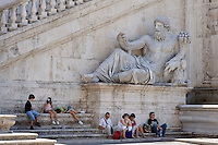Rome continue to be one of the most visited city in the world..Roma continua ad essere una delle città più visitata al mondo.Tourists at the Capitol Hill.Turisti al Campidoglio