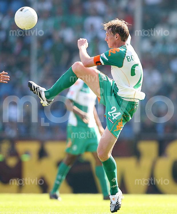FUSSBALL  1. BUNDESLIGA  SAISON 2007/2008  Tim BOROWSKI (SV Werder Bremen), Einzelaktion am Ball