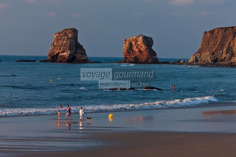 Europe/France/Aquitaine/64/Pyrénées-Atlantiques/Pays-Basque/Hendaye: Les rochers dits: les jumeaux au bout de la plage d'Hendaye constituent le prolongement de la Corniche Basque - vus dans la lumière du soir