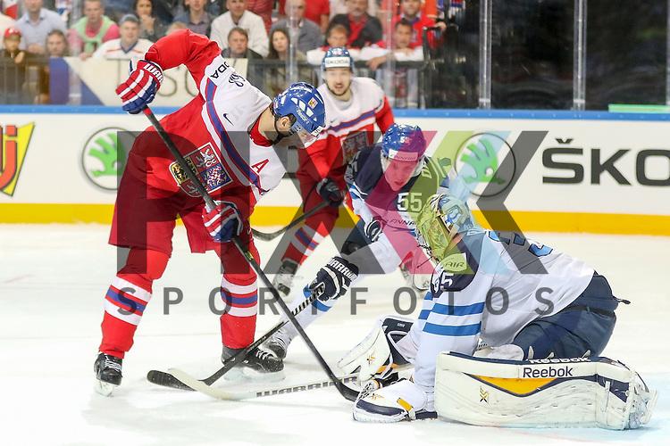 Tschechiens Jagr, Jaromir (Nr.68)(Florida Panthers) vor Finnlands Rinne, Pekka (Nr.35)(Nashville Predators) im Zweikampf mit Finnlands Ohtamaa, Atte (Nr.55)(Jokerit Helsiniki)  im Spiel IIHF WC15 Czech Republic vs. Finland.<br /> <br /> Foto &copy; P-I-X.org *** Foto ist honorarpflichtig! *** Auf Anfrage in hoeherer Qualitaet/Aufloesung. Belegexemplar erbeten. Veroeffentlichung ausschliesslich fuer journalistisch-publizistische Zwecke. For editorial use only.