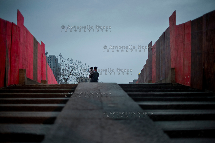 Hangzhou,Cina, 2 Marzo, 2015. Un uomo con in braccio il proprio figlio sul vecchio ponte di Hangzhou.<br /> A man with his son stand in the middle of the old bridge in Hangzhou