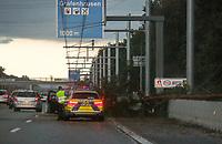 Baum ist auf A5 bei Gräfenhausen gestürzt und blockiert die rechte Spur komplett - 18.08.2019: Unwetter in Rhein-Main