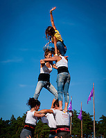 Scouts from Spain buliding a human Pyramid on four seasons square. Photo: André Jörg/ Scouterna