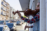 Violinist plays for neighbors to cheer up the quarantine during COVID-19