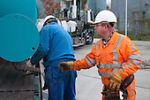 Leeuwarden, 10 november 2010 - Medewerkers van Oosterhof Holman plaatsen een proefopstelling, bestaande uit een tank met zeefbandinstallatie van Brightwork uit Sneek, op de nieuwe Onderzoekslocatie Afvalwaterzuivering op het terrein van de rioolwaterzuiveringsinstallatie (rwzi) van Wetterskip Fryslân in Leeuwarden.