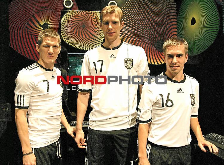 Philipp Lahm + Bastian Schweinsteiger + Per Mertesacker - Pr&auml;sentation der WM-Trikots von Adidas Weltmeisterschaft in S&uuml;dafrika 2010 - FIFA World Cup / WM - Adidas &quot;World of Sports&quot; - Herzogenaurach - 10.11.2009 <br /> <br /> <br /> Foto &copy; nph (  nordphoto  )<br /> <br /> <br /> <br />  *** Local Caption ***