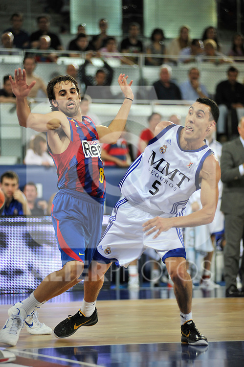 Víctor Sada y Pablo Prigioni luchan por la posición durante un saque de fondo.