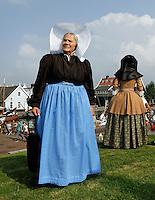 Huizen- Haven Festival Huizen. Een festival rond de Oude Haven en het Nautisch Kwartier. Vrouw in klederdracht uit Huizen
