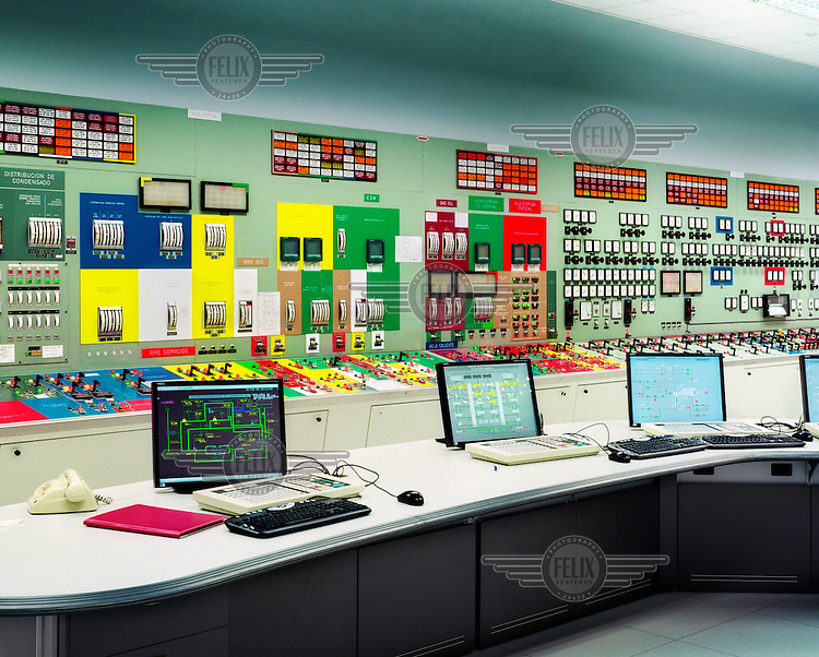 NUCLEAR ENERGY IN SPAIN.(02-2009).VALENCIA. NEW AND OLD TECNOLOGY,room of operations.