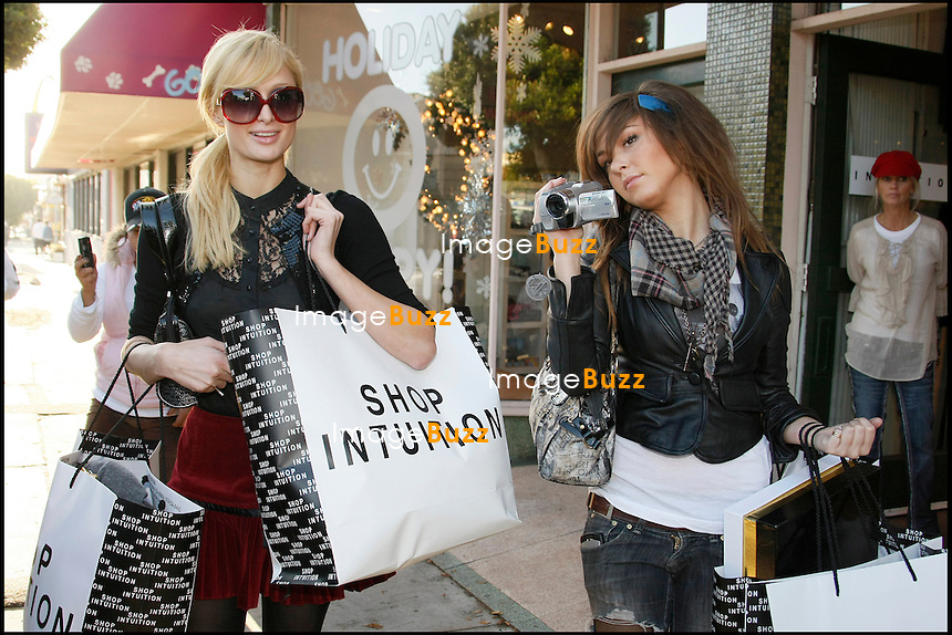 "PARIS HILTON VA FAIRE SON SHOPPING DE NOEL AU VOLANT DE SA TOUTE NOUVELLE BENTLEY ROSE. ELLE EST ACCOMPAGNEE DE SON AMIE BRITTANY FLICKINGER, QUI PARTICIPE A SON REALITY SHOW ""PARIS HILTON'S MY NEW BFF""...PARIS HILTON DRIVES HER NEW PINK BENTLEY FOR CHRISTMAS SHOPPING WITH FRIEND BRITTANY FLICKINGER FROM HER REALITY SHOW ""PARIS HILTON'S MY NEW BFF""."