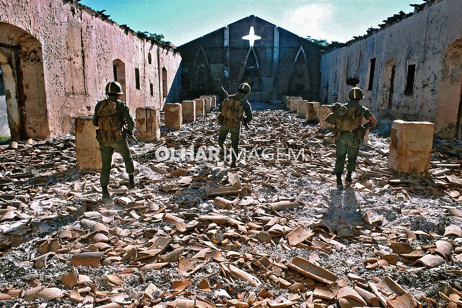 Igreja bombardeada na guerra civil de El Salvador. 1981.Foto de Juca Martins.