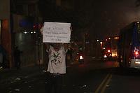 SAO PAULO - SP - 14 DE JUNHO DE 2013 - MANIFESTAÇÂO/CONFRONTO, o Batalhão de Choque da PM impediu que os manifestantes tomassem a Av. Paulista, na noite desta quinta-feira (14) foi usada a cavalaria, bombas de gas lacrimogênio e balas de borracha. Por volta das 21 hs ainda haviam confrontos ocasionais, na região,  e feridos por escoriações e impactos do armamento não-letal.  FOTO: MAURICIO CAMARGO / BRAZIL PHOTO PRESS.