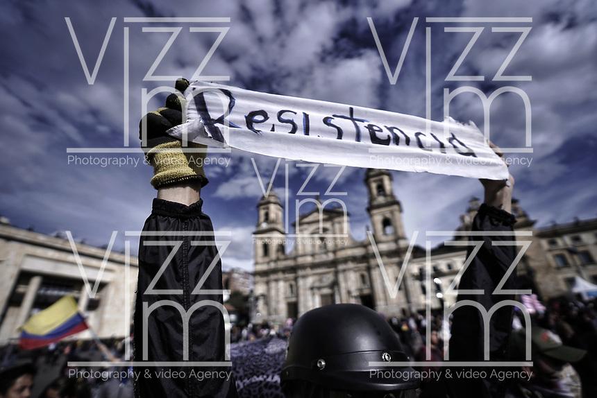 BOGOTA - COLOMBIA, 16-12-2019: Manifestantes en las la Plaza de Bolivar de Bogotá, durante la jornada de paro Nacional en Colombia hoy, 16 de diciembre de 2019. La jornada Nacional que empezó el pasado 21 de noviembre de 2019 es convocada para rechazar el mal gobierno y las decisiones que vulneran los derechos de los Colombianos. / Protestor on the Plaza de Bolivar of Bogota during the National Strike day in Colombia today, December 16, 2019. The National Strike that began the past November 21, 2019, is convened to reject bad government and decisions that violate the rights of Colombians. Photo: VizzorImage / Diego Cuevas / Cont