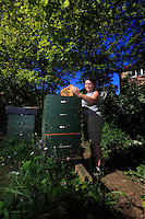 "Leanne Khox. A banker by profession, Leanne Khox grew up in New Zealand and even after a few years in the capital she is still very natural despite her very ""City"" salary. ""My hives are just a stone's thrown from my home in Southwalk Park near Canada Water. It's extraordinary, my 4 hives are doing marvelously, with this profusion of melliferous trees... and at my house I also have 4 to 5 hives... my husband has thrown himself into the breeding of the queen bee and our project is to go to Belize and start a bee farm, to find our roots again."