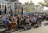 Leiden - Leidens Ontzet .  Terrassen zitten 's morgens vroeg al vol met mensen