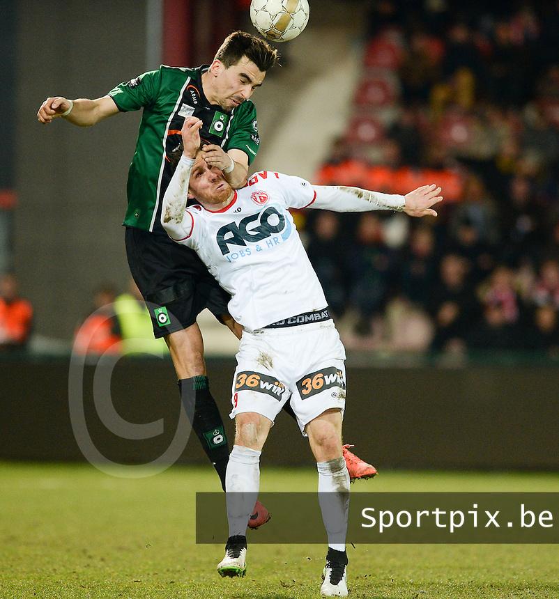 KV Kortrijk - Cercle Brugge : kopduel tussen Noe Dussenne (links) en Teddy Chevalier (r)<br /> foto VDB / BART VANDENBROUCKE