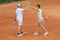 Andrea Petkovic klatscht mit ihrem Mixed Partner ab auf dem Centre Court der Anlage des TEC Darmstadt beim Dumusstkämpfen-Charity Turnier zu Gedenken an Johnny Heimes