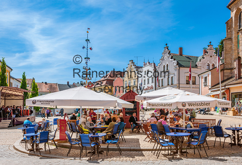 Deutschland, Bayern, Oberpfalz, Naturpark Oberer Bayerischer Wald, Cham: Cafes auf dem Marktplatz | Germany, Bavaria, Upper Palatinate, Nature Park Upper Bavarian Forest, Cham: Cafes at Market Square