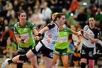 Friederike Luetz (BSV) wirft, zieht ab, links hinten Jenny Karolius (FAG)