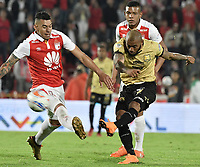 BOGOTÁ - COLOMBIA, 08-04-2018: Yeison Gordillo (Izq.) jugador de Santa Fe disputa el balón con Fredy Hinestroza (Der.) jugador del Rionegro durante el encuentro entre Independiente Santa Fe y Rionegro Águilas por la fecha 13 de la Liga Águila I 2018 jugado en el estadio Nemesio Camacho El Campin de la ciudad de Bogotá. / Yeison Gordillo (L) player of Santa Fe struggles for the ball with Fredy Hinestroza (R) player of Rionegro during match between Independiente Santa Fe and Rionegro Aguilas for the date 13 of the Aguila League I 2018 played at the Nemesio Camacho El Campin Stadium in Bogota city. Photo: VizzorImage/ Gabriel Aponte / Staff