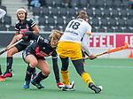 AMSTELVEEN - Lidewij Welten (DenBosch) scoort 0-1,  met Melanie van Rijn (Adam)    tijdens de hoofdklasse hockeywedstrijd dames,  Amsterdam-Den Bosch (1-1).    COPYRIGHT KOEN SUYK