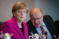 Bundeskanzlerin Angela Merkel (CDU) und Kanzleramtsminister Peter Altmaier (CDU) unterhalten sich am Mittwoch (11.03.15) in Berlin im Bundeskanzleramt vor Beginn der Kabinettssitzung.<br /> Foto: Axel Schmidt/CommonLens
