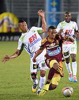 IBAGUÉ -COLOMBIA, 08-01-2014. Andres Ibarguen (Der) jugador de Deportes Tolima disputa el balón con Cesar Hinestroza (Izq) jugador del Atletico Huila por la fecha 10 de la Liga Aguila I 2015 jugado en el estadio Manuel Murillo Toro de la ciudad de Ibagué./ Andres Ibarguen (R) player of  Deportes Tolima vies for the ball with Cesar Hinestroza (L) player of Atletico Huila for the 10th date of the Aguila League I 2015 played at Manuel Murillo Toro stadium in Ibague city. Photo: VizzorImage / Juan Carlos Escobar / Cont