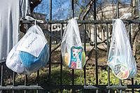 """Corona-Krise, Hilfe fuer Obdachlose.<br /> Menschen in Berlin haben fuer Obdachlose """"Spenden- und Gabenzaeune"""" eingerichtet. Dort haengen sie Bekleidung und haltbare Lebensmittel auf, die sich Obdachlose mitnehmen koennen.<br /> Im Bild: Bekleidung und Hundefutter am Spendenzaun an der Evangelische Kirchengemeinde am Weinberg in Berlin-Mitte.<br /> 24.3.2020, Berlin<br /> Copyright: Christian-Ditsch.de<br /> [NUR FUER REDAKTIONELLE ZWECKE! Werbung nur auf Anfrage beim Fotografen. Inhaltsveraendernde Manipulation des Fotos nur nach ausdruecklicher Genehmigung des Fotografen. Vereinbarungen ueber Abtretung von Persoenlichkeitsrechten/Model Release der abgebildeten Person/Personen liegen nicht vor. NO MODEL RELEASE! Don't publish without copyright Christian-Ditsch.de, Veroeffentlichung nur mit Fotografennennung, sowie gegen Honorar, MwSt. und Beleg. Konto: I N G - D i B a, IBAN DE58500105175400192269, BIC INGDDEFFXXX, Kontakt: post@christian-ditsch.de<br /> Bei der Bearbeitung der Dateiinformationen darf die Urheberkennzeichnung in den EXIF- und  IPTC-Daten nicht entfernt werden, diese sind in digitalen Medien nach §95c UrhG rechtlich geschuetzt. Der Urhebervermerk wird gemaess §13 UrhG verlangt.]"""