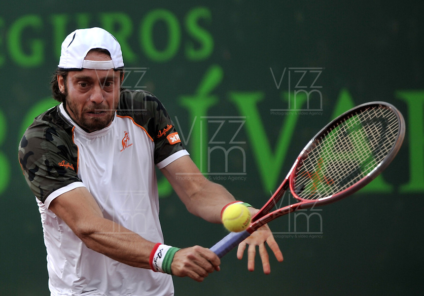 BOGOTA - COLOMBIA -08 -11-2013: Paolo Lorenzi, tenista italiano, devuelve la bola a Thomaz Bellucci, tenista de Brasil, durante partido de cuartos de final del Seguros Bolivar Open en el Club Campestre el Rancho de la ciudad de Bogota. / Thomaz Bellucci, Brazil tennis player returns player returns the ball to Santiago Giraldo, Colombian tennis player during a match for the quarter finals of the Seguros Bolivar Open in the Club Campestre El Rancho in Bogota city. Photo: VizzorImage  / Luis Ramirez / Staff.