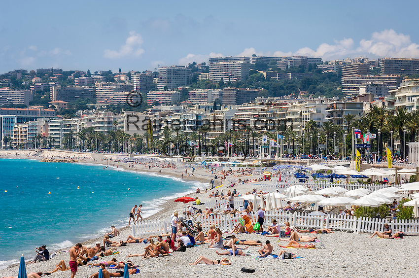 France, Provence-Alpes-Côte d'Azur, Nice: beach at Promenade des Anglais | Frankreich, Provence-Alpes-Côte d'Azur, Nizza: Strand an der Promenade des Anglais