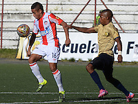 RIONEGRO-ANTIOQUIA  - COLOMBIA - 12-09-2015: Vladimir Hernandez  jugador de Atletico Junior disputa  el balon con Aguilas Doradas durante partido  por la fecha 12 de la Liga Aguila II 2015 jugado en el estadio Alberto Grisales. / Vladimir Hernandez player of  Junior Atleti fights the ball against  of  Aguilas Doradas     during a match for the twelfth date of the Liga Aguila II 2015 played at Alberto Grisales Stadium. Photo: VizzorImage / Leon Mosalve  / Str.