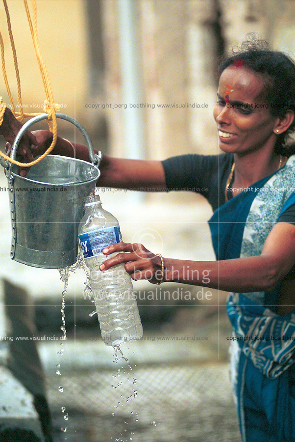 "Asien Indien IND Tamil Nadu Rameswaram .Frau f?llt sich Wasser aus einem der 22 heiligen Brunnen im Ramanathaswamy Tempel -  Religion Hinduismus Hindus Wasser Hindu Bad baden verehren Verehrung Glauben Gott Gottheit indisch Inder Ritual rituelles Bad heilig Tradition traditionell  pilgern Pilgerer Pilger Titel xagndaz | .Asia India Tamil Nadu Rameswaram .woman fills bottle with water of 22 holy wells in the Ramanathaswamy temple - religion hinduism hindu god religious sacred worship pilgrim devotee devotion .| [copyright  (c) agenda / Joerg Boethling , Veroeffentlichung nur gegen Honorar und Belegexemplar an / royalties to: agenda  Rothestr. 66  D-22765 Hamburg  ph. ++49 40 391 907 14  e-mail: boethling@agenda-fototext.de  www.agenda-fototext.de  Bank: Hamburger Sparkasse BLZ 200 505 50 kto. 1281 120 178  IBAN: DE96 2005 0550 1281 1201 78 BIC: ""HASPDEHH""] [#0,26,121#]"