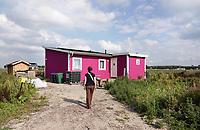 Nederland - Almere- 2019.  Oosterwold. Het Roze Huisje. Oosterwold is een groen, agrarisch gebied tussen Almere en Zeewolde. Stap voor stap wordt het gebied ingericht voor wonen, werken en recreëren. Er wordt  zoveel mogelijk duurzaam gebouwd.  De bewoners bouwen niet alleen zelf hun huis, bedrijf of voorziening, ze gaan ook zelf over de wegen, waterhuishouding en openbare ruimte. Hoe Oosterwold er precies uit komt te zien bepalen de Oosterwolders zelf. Ze kiezen zelf hun plek en de grootte van de kavel.    Foto mag niet in negatieve context gepubliceerd worden.   Foto Berlinda van Dam / Hollandse Hoogte