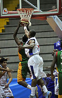 BOGOTA - COLOMBIA: 25-10-2013: Norvey Aragon (Der.) jugador de Guerreros de Bogota, disputa el balón con Jermain Watson (Izq.) de  Caribbean Heat de Cartagena, octubre 25 de 2013. Guerreros de Bogota y Caribbean Heat de Cartagena , durante partido de la fecha 31 de la fase I de la Liga Directv Profesional de Baloncesto 2 en partido jugado en el Coliseo El Salitre. (Foto: VizzorImage / Luis Ramirez / Staff). Norvey Aragon (R) of Guerreros from Bogota disputes the ball with Jermain Watson (L) from Caribbean Heat de Cartagena, October 25, 2013. Guerreros de Bogota y Caribbean Heat de Cartagena during a match for the 31 date of the Fase II of the League of Professional Directv Basketball 2 game at the El Salitre Coliseum. (Photo. VizzorImage / Luis Ramirez / Staff)