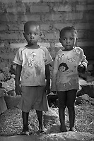 Orfani per colpa di Ebola nella foto fratellini con cognomi diversi Adulah Conteh 6 anni e Isatu Kargbo 4 anni hanno perso sei familiari tra cui la mamma ed il pap&agrave; Villaggio di Kontabana 29/03/2016 foto Matteo Biatta<br /> <br /> Orphanes for guilt of Ebola in the picture Adulah Conteh 6 years old and Isatu Kargbo 4 years old lost six relativies including mother and father Kontabana Village 29/03/2016 photo by Matteo Biatta