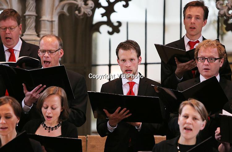 Foto: VidiPhoto..AMERSFOORT - Repetitie en uitvoering van de Reformatorische Oratoriumvereniging Sonante Vocale, een van de 'jongste' oratoriumverenigingen van Nederland, in de St. Joriskerk in Amersfoort van de Lutherse missen van o.a. Bach..